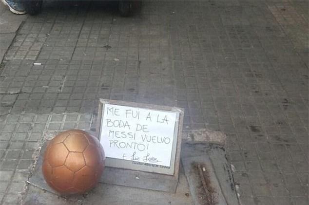 Đến bức tượng của Luis Suarez cũng đi dự đám cưới của Messi - Ảnh 2.