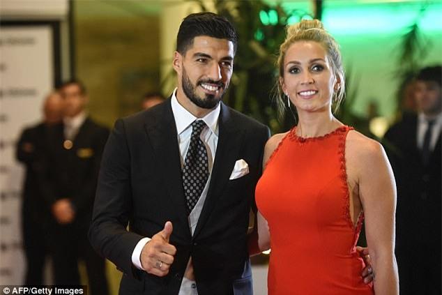 Đến bức tượng của Luis Suarez cũng đi dự đám cưới của Messi - Ảnh 3.