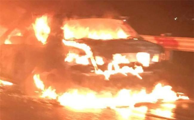 Hà Nội: Đang lưu thông trên cao tốc, ô tô bốc cháy dữ dội, tài xế bỏ xe chạy