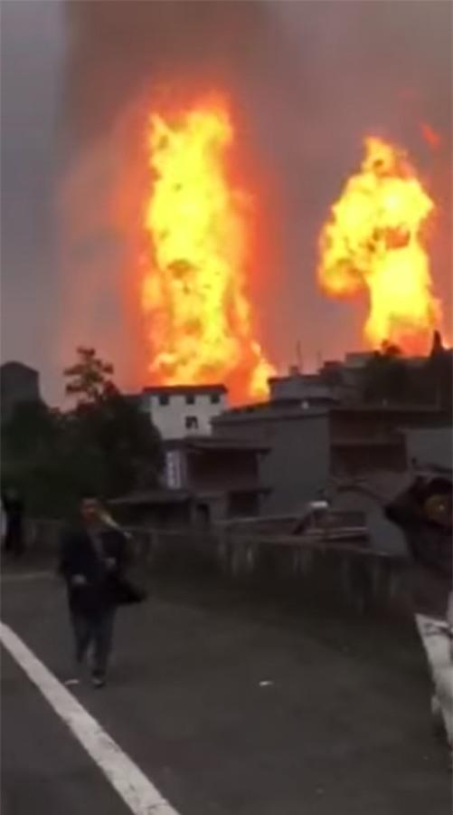 Trung Quốc: Nổ đường ống khí đốt, 43 người thương vong - Ảnh 3.