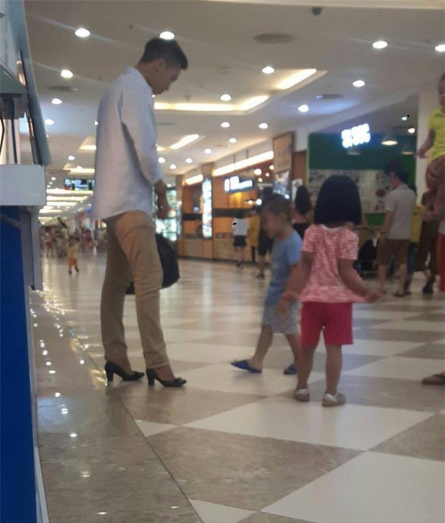 Chồng đi giày cao gót hộ vợ giữa trung tâm thương mại bởi lý do vô cùng dễ thương - Ảnh 1.