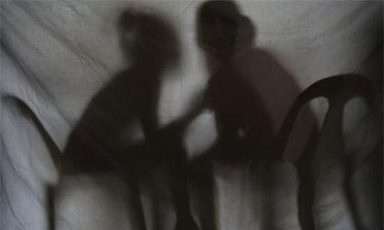 2 giáo viên bị cáo buộc cưỡng hiếp, truyền bệnh tình dục cho 10 học sinh - Ảnh 1.