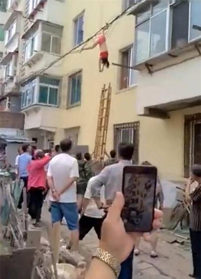 Mặc nội y lau cửa sổ, thế nào lại bị rơi xuống rồi mắc chân vào dây điện, người phụ nữ ngất giữa không trung - Ảnh 3.