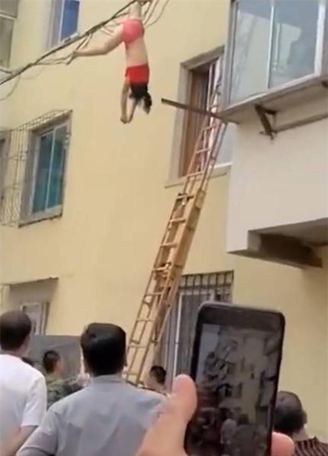Mặc nội y lau cửa sổ, thế nào lại bị rơi xuống rồi mắc chân vào dây điện, người phụ nữ ngất giữa không trung - Ảnh 4.