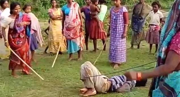 Xâm hại tình dục trẻ em, kẻ hiếp dâm bị 500 chị em trong làng trói lại rồi quật túi bụi - Ảnh 1.