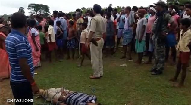 Xâm hại tình dục trẻ em, kẻ hiếp dâm bị 500 chị em trong làng trói lại rồi quật túi bụi - Ảnh 2.
