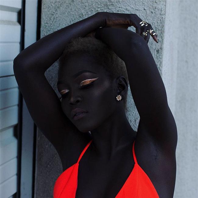 """Từng bị mỉa mai với làn da """"đen hơn than"""", cô gái trở thành hiện tượng lạ khuấy đảo làng thời trang - Ảnh 1."""