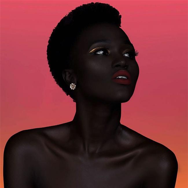 """Từng bị mỉa mai với làn da """"đen hơn than"""", cô gái trở thành hiện tượng lạ khuấy đảo làng thời trang - Ảnh 9."""