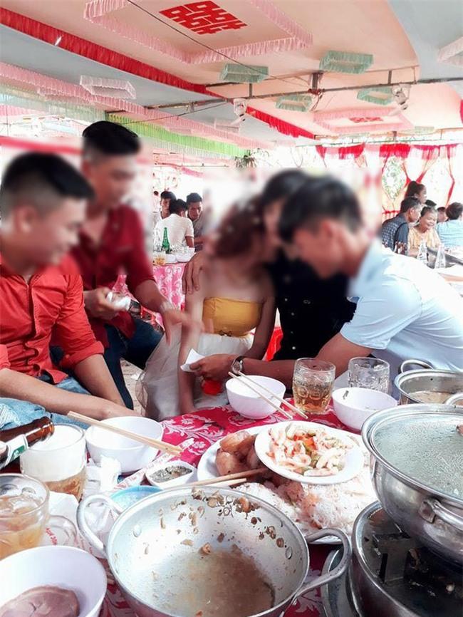 Chàng trai trong bức ảnh cô dâu ôm người yêu cũ khóc trong đám cưới: Đó là chị gái mình! - Ảnh 2.