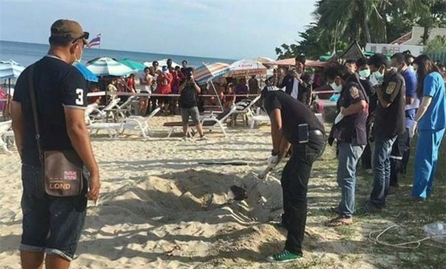 Xác chết bí ẩn vùi trong cát ở bãi biển nổi tiếng bậc nhất Thái Lan, du khách hoang mang tột độ - Ảnh 2.
