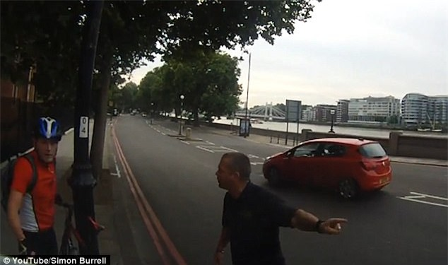 Clip: Khoảnh khắc thót tim khi người đi xe đạp suýt bị xe tải đè bẹp - Ảnh 1.