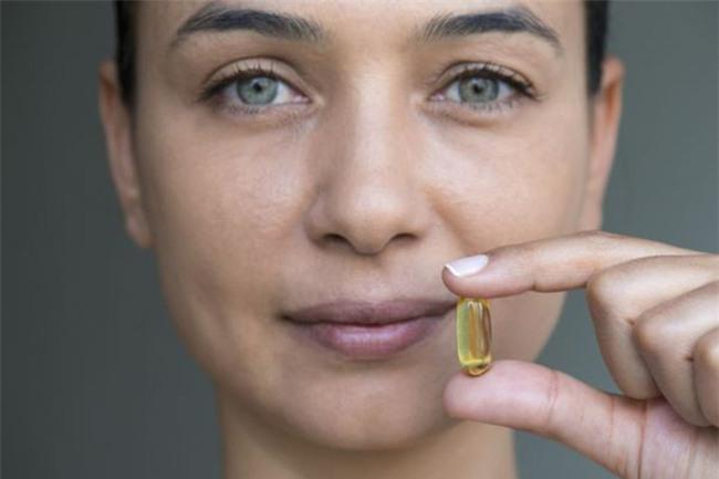 Không mua được mỹ phẩm xịn thì mua vài viên vitamin E rẻ tiền này về thoa mỗi đêm cũng đẹp rạng ngời - Ảnh 2.