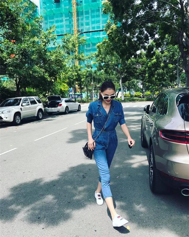 Kỳ Duyên trắng muốt, Ngọc Trinh trẻ như nữ sinh tận hưởng chuyến du lịch hè trong street style tuần qua - Ảnh 11.
