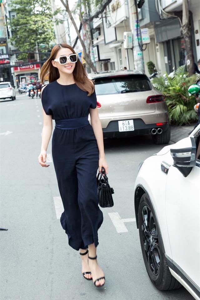 Kỳ Duyên trắng muốt, Ngọc Trinh trẻ như nữ sinh tận hưởng chuyến du lịch hè trong street style tuần qua - Ảnh 12.