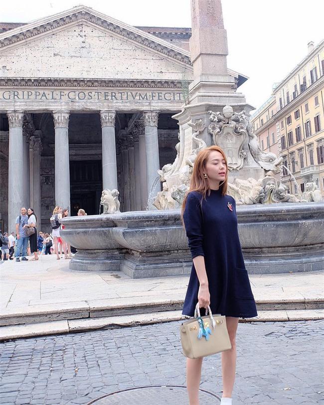 Kỳ Duyên trắng muốt, Ngọc Trinh trẻ như nữ sinh tận hưởng chuyến du lịch hè trong street style tuần qua - Ảnh 14.