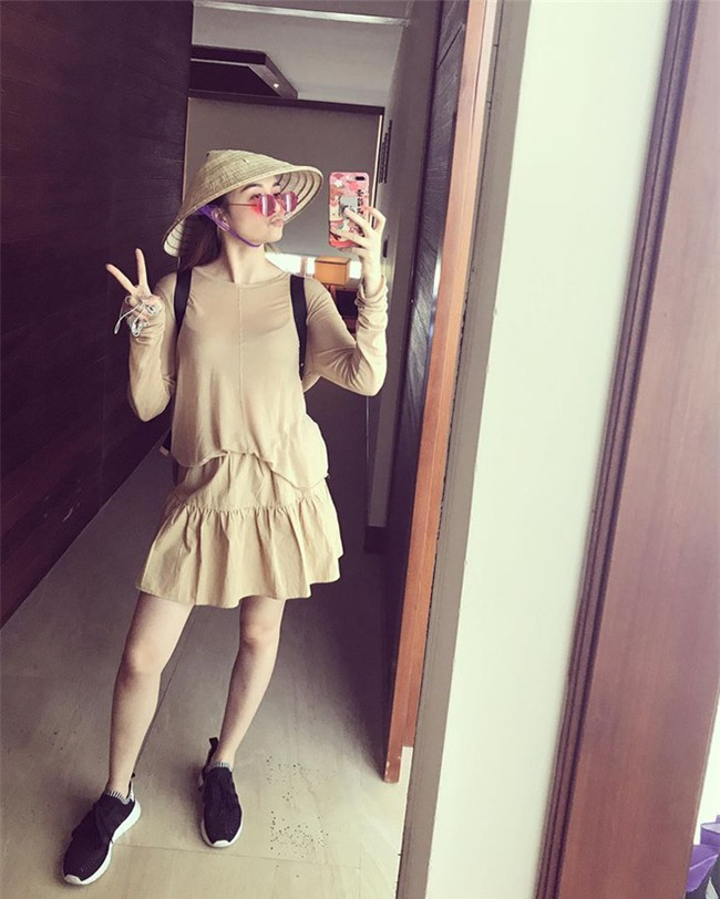 Kỳ Duyên trắng muốt, Ngọc Trinh trẻ như nữ sinh tận hưởng chuyến du lịch hè trong street style tuần qua - Ảnh 19.
