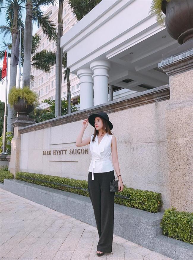 Kỳ Duyên trắng muốt, Ngọc Trinh trẻ như nữ sinh tận hưởng chuyến du lịch hè trong street style tuần qua - Ảnh 22.