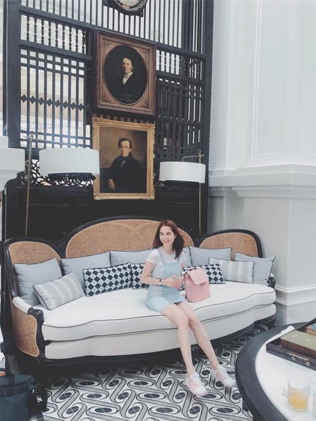 Kỳ Duyên trắng muốt, Ngọc Trinh trẻ như nữ sinh tận hưởng chuyến du lịch hè trong street style tuần qua - Ảnh 3.