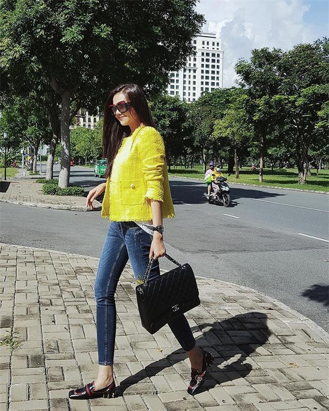 Kỳ Duyên trắng muốt, Ngọc Trinh trẻ như nữ sinh tận hưởng chuyến du lịch hè trong street style tuần qua - Ảnh 4.