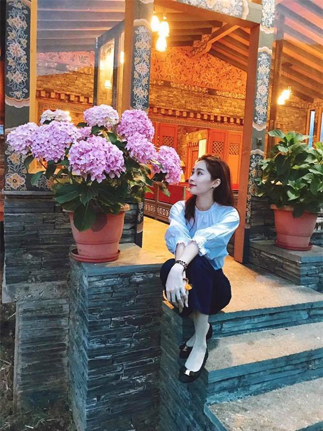 Kỳ Duyên trắng muốt, Ngọc Trinh trẻ như nữ sinh tận hưởng chuyến du lịch hè trong street style tuần qua - Ảnh 9.