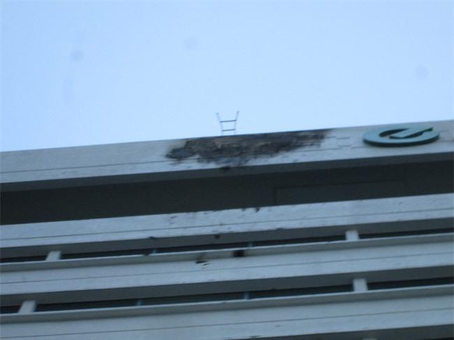 Biển hiệu bốc cháy rơi từ trên cao xuống, hàng trăm người tháo chạy khỏi tòa nhà Etown 2 - Ảnh 1.