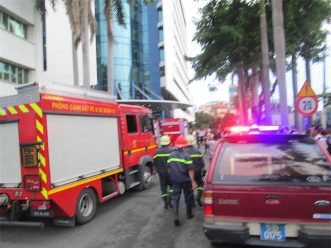 Biển hiệu bốc cháy rơi từ trên cao xuống, hàng trăm người tháo chạy khỏi tòa nhà Etown 2 - Ảnh 4.