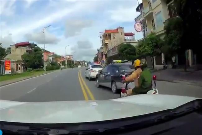 "vu csgt duoi xe taxi nhu phim ""fast and furious"": vi sao tai xe bo chay? hinh anh 1"