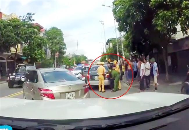 "vu csgt duoi xe taxi nhu phim ""fast and furious"": vi sao tai xe bo chay? hinh anh 2"