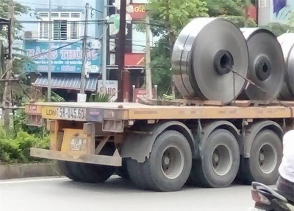 Hà Nội: Cuộn inox nặng hơn 5 tấn rơi xuống đường, nhiều người hốt hoảng - Ảnh 1.