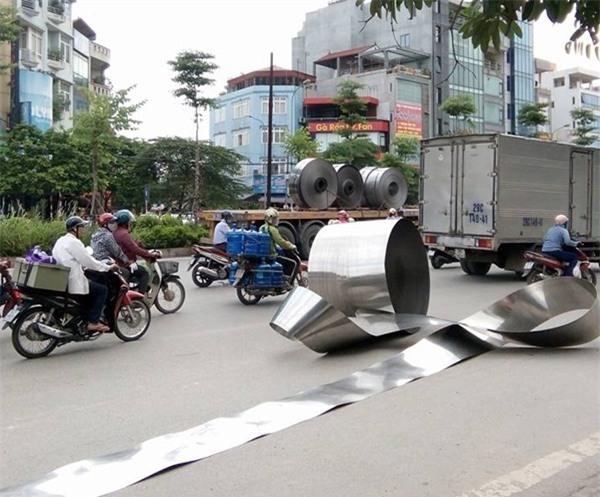 Hà Nội: Cuộn inox nặng hơn 5 tấn rơi xuống đường, nhiều người hốt hoảng - Ảnh 2.