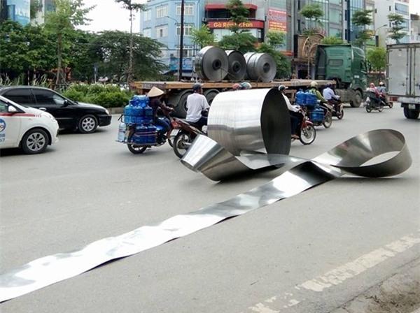 Hà Nội: Cuộn inox nặng hơn 5 tấn rơi xuống đường, nhiều người hốt hoảng - Ảnh 3.