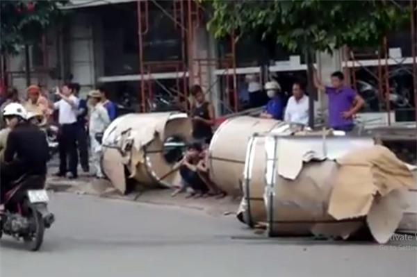 Hà Nội: Cuộn inox nặng hơn 5 tấn rơi xuống đường, nhiều người hốt hoảng - Ảnh 4.