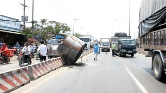 Hà Nội: Cuộn inox nặng hơn 5 tấn rơi xuống đường, nhiều người hốt hoảng - Ảnh 5.