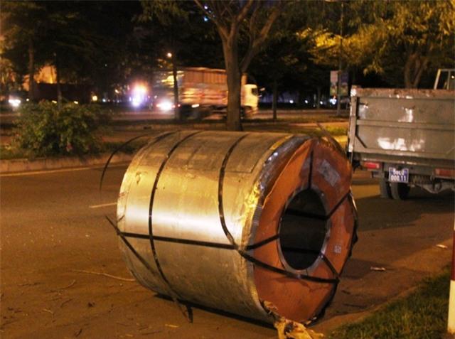 Hà Nội: Cuộn inox nặng hơn 5 tấn rơi xuống đường, nhiều người hốt hoảng - Ảnh 6.