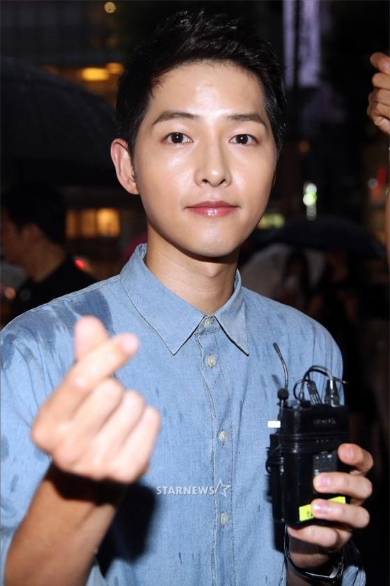 NÓNG: Song Joong Ki đội mưa và cười hạnh phúc xuất hiện sau tin kết hôn với Song Hye Kyo - Ảnh 10.