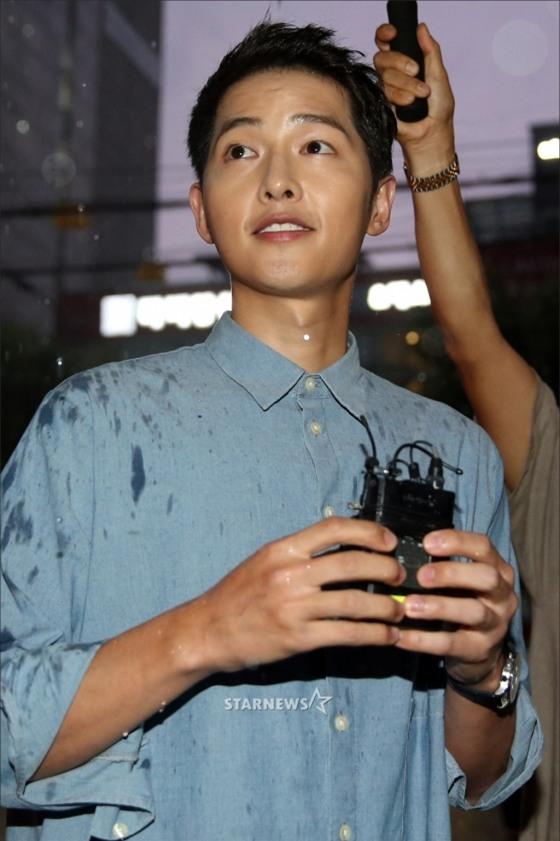 NÓNG: Song Joong Ki đội mưa và cười hạnh phúc xuất hiện sau tin kết hôn với Song Hye Kyo - Ảnh 12.