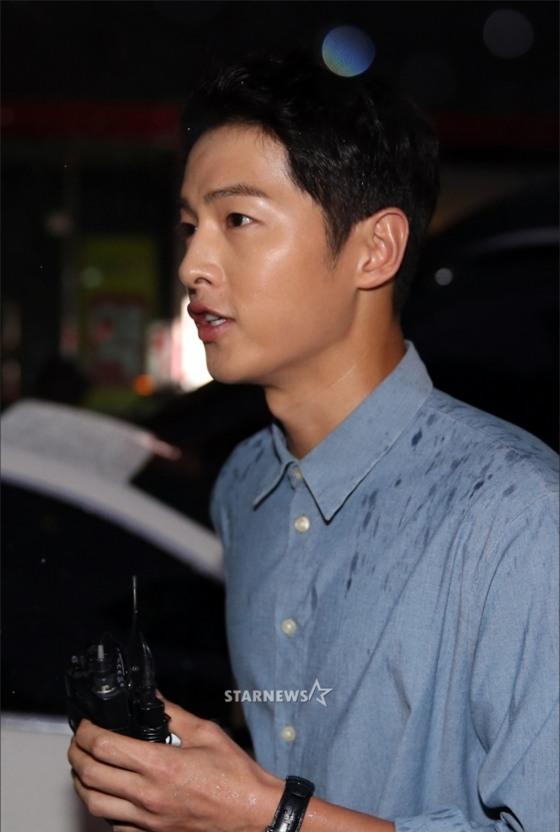 NÓNG: Song Joong Ki đội mưa và cười hạnh phúc xuất hiện sau tin kết hôn với Song Hye Kyo - Ảnh 13.