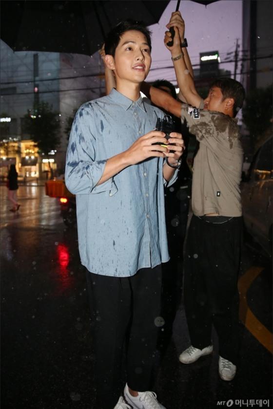 NÓNG: Song Joong Ki đội mưa và cười hạnh phúc xuất hiện sau tin kết hôn với Song Hye Kyo - Ảnh 6.