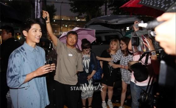 NÓNG: Song Joong Ki đội mưa và cười hạnh phúc xuất hiện sau tin kết hôn với Song Hye Kyo - Ảnh 7.