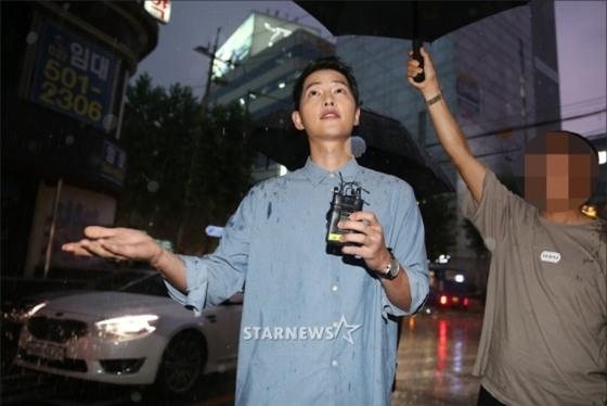 NÓNG: Song Joong Ki đội mưa và cười hạnh phúc xuất hiện sau tin kết hôn với Song Hye Kyo - Ảnh 8.