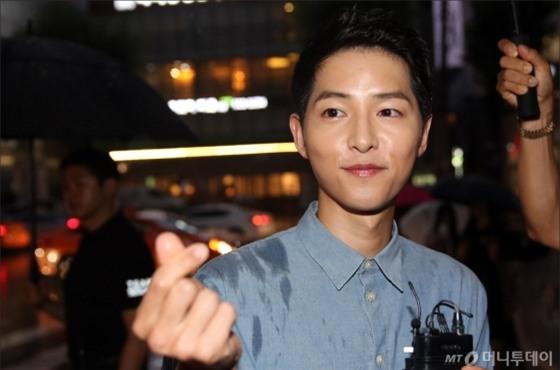 NÓNG: Song Joong Ki đội mưa và cười hạnh phúc xuất hiện sau tin kết hôn với Song Hye Kyo - Ảnh 9.