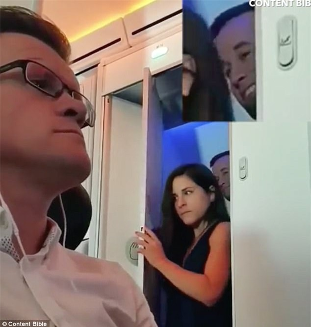 Cặp đôi mờ ám bị quay video cùng bước ra từ toilet máy bay, biểu cảm của anh chàng khiến ai cũng cười ngất - Ảnh 2.