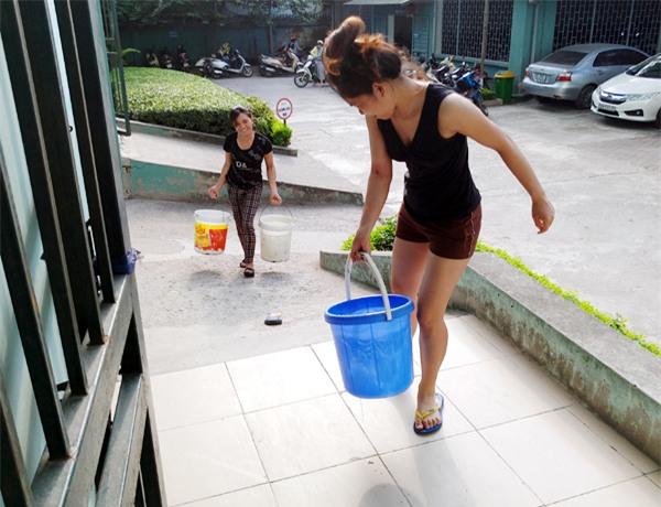 Hà Nội: Thiếu nước sinh hoạt, nhiều gia đình KĐT Đại Kim ngậm ngùi bỏ 3 triệu đồng/20 ngày mua nước sạch - Ảnh 9.