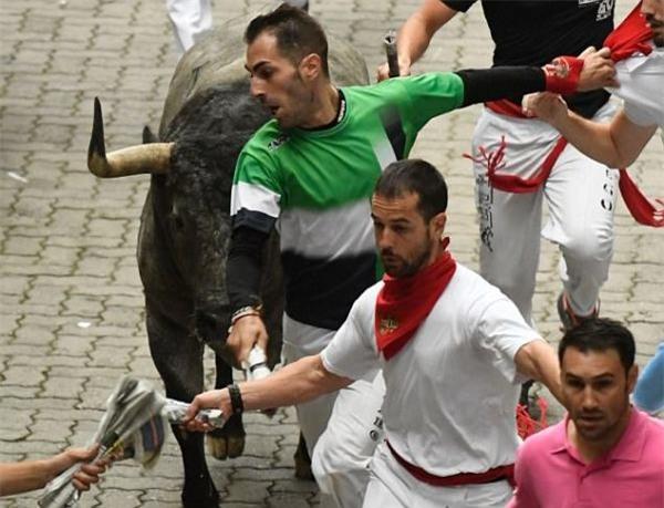 Tây Ban Nha: Hàng loạt du khách bị húc trọng thương trong lễ hội bò tót - Ảnh 4.