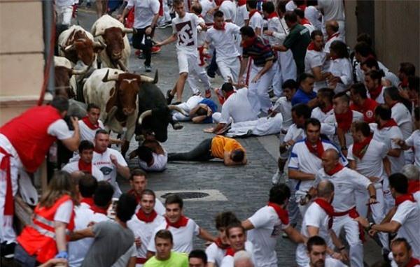 Tây Ban Nha: Hàng loạt du khách bị húc trọng thương trong lễ hội bò tót - Ảnh 5.