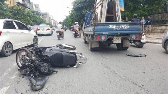 Tông trực diện xe tải, nam thanh niên đi SH bị thương nặng - Ảnh 1.