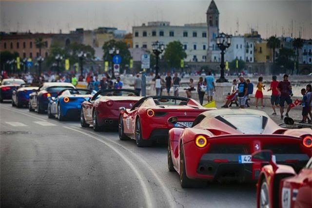 Hàng trăm siêu xe Ferrari diễu hành tại quê nhà Italia - 4