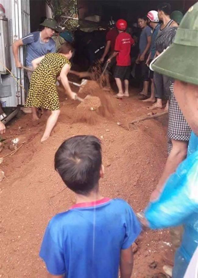 Hà Giang: Sạt lở lúc trời mưa, 2 cháu nhỏ bị vùi lấp trong quán internet - Ảnh 1.