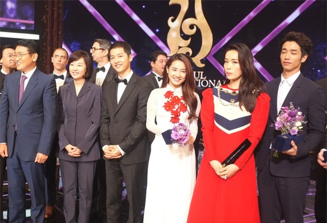 Cả thế giới ra đây mà xem, hoá ra Song Joong Ki vẫn luôn phân biệt đối xử Song Hye Kyo với các diễn viên nữ khác - Ảnh 9.
