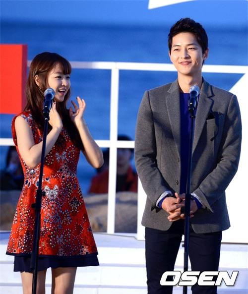 Cả thế giới ra đây mà xem, hoá ra Song Joong Ki vẫn luôn phân biệt đối xử Song Hye Kyo với các diễn viên nữ khác - Ảnh 11.